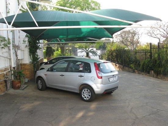 Meintjieskop Guest Lodge: Die Parkplätze haben ein Sonnenschutzdach