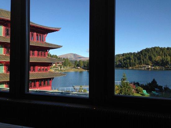 Hotel Hochschober: Blick beim Frühstück und Mittagessen im Speisessal, links im Bild der Chinaturm, vorne der See