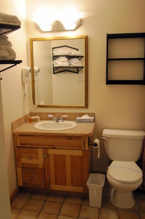 Cornerstone Lodge - Suite Bathroom