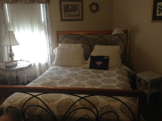 Rose & Thistle Bed & Breakfast: Nicki's Room - queen bed (so comfy!)