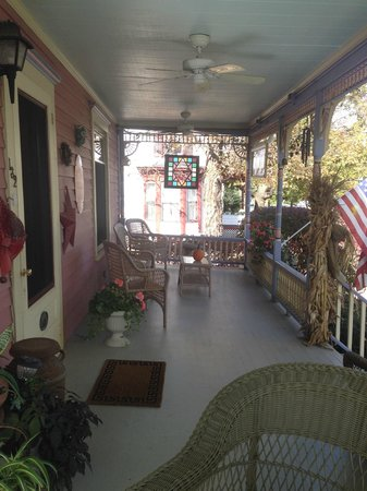 Rose & Thistle Bed & Breakfast: Wrap around Porch