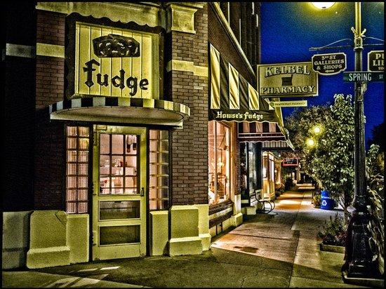 Colonial Inn: downtown Harbor Springs