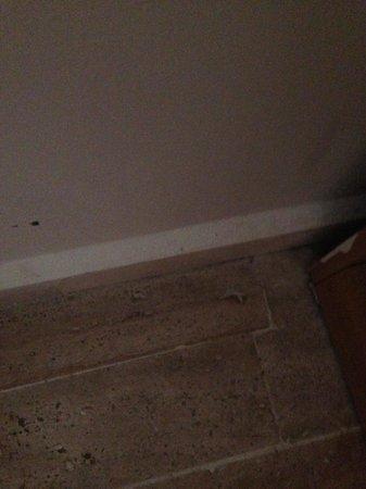Rosso Verde Hotel: Dirty floor