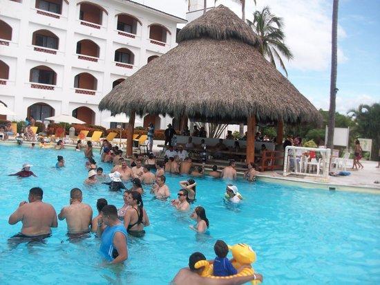 Plaza Pelicanos Club Beach Resort : la jente en el area de alberca de la playa