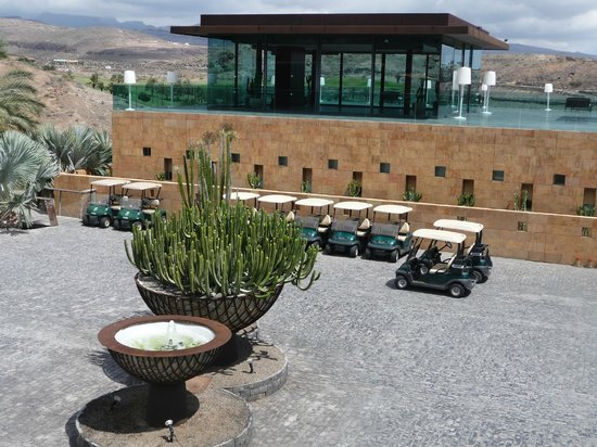 Sheraton Gran Canaria Salobre Golf Resort: Hotel concourse, golf buggies and glass function room above