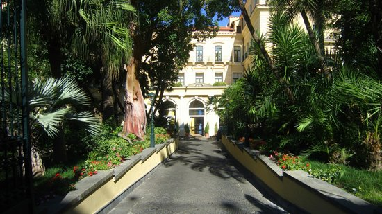 Imperial Hotel Tramontano: Driveway leading toward the hotels's entrance