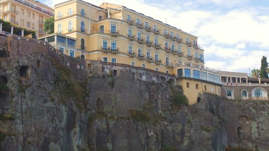 Imperial Hotel Tramontano: Rear view of the hotel from Il Porto