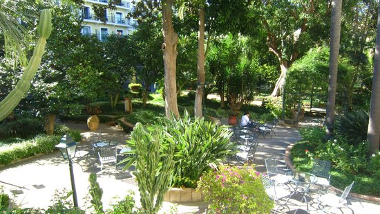 Imperial Hotel Tramontano: Garden area in front of the hotel