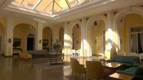 Imperial Hotel Tramontano: Spacious hotel lobby