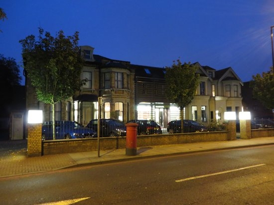 The Lodge Hotel, Putney: Front of the hotel