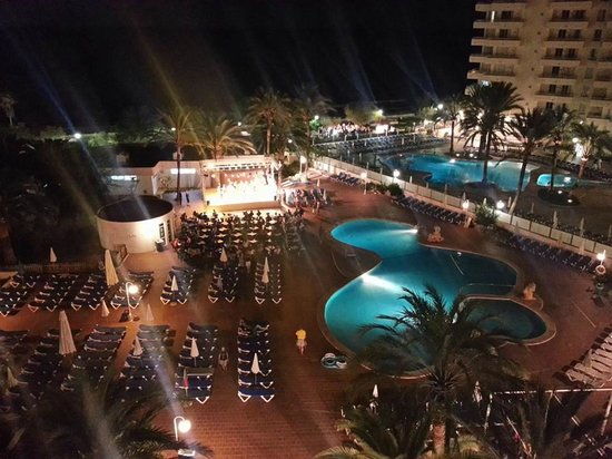 Hotel Palia Sa Coma Playa: show on stage at night brilliant