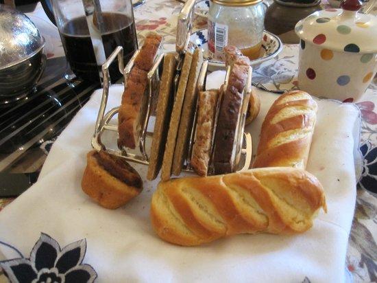 Greenhead of Arnot : Lovely breakfast breads! (The mini cinnamon buns were served warm!)