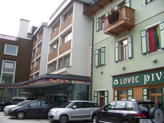 BEST WESTERN PREMIER Hotel Lovec: Front entrance