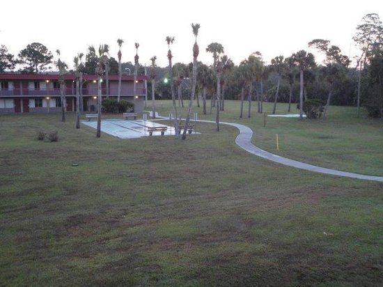 Motel 6 Spring Hill Weeki Wachee: Courtyard view