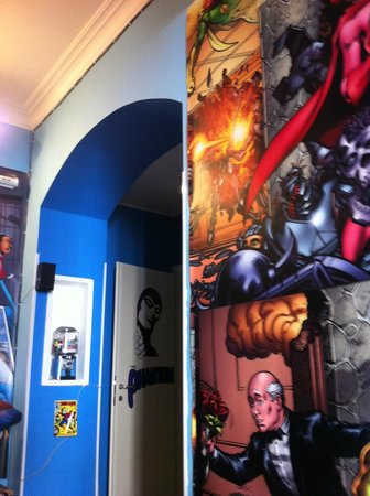 Comics guesthouse : Sala divertida com TV e filmes para assistir e descansar.