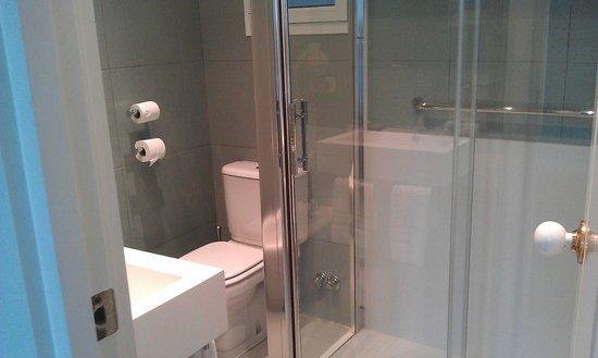 Hotel Niza : Bathroom - photo doesn't do it justice