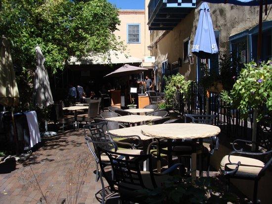Santa Fe Motel & Inn: breakfast courtyard area