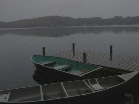 Glenmoore Lakeside Cottages and Lodge: Complimentary boats and Canoes are available for your enjoyment!