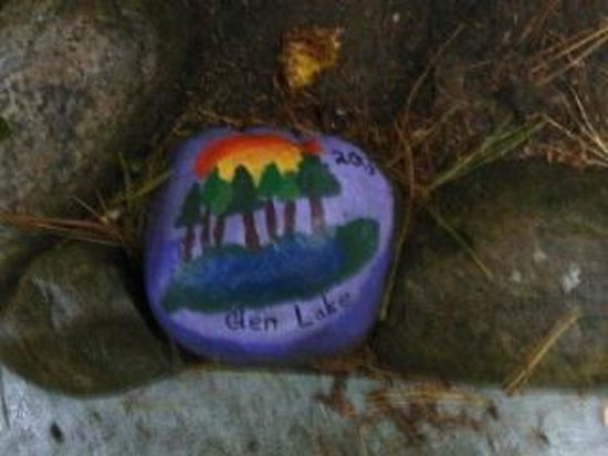 Glenmoore Lakeside Cottages and Lodge: I randomly found this painted rock on the grounds. Very cool.