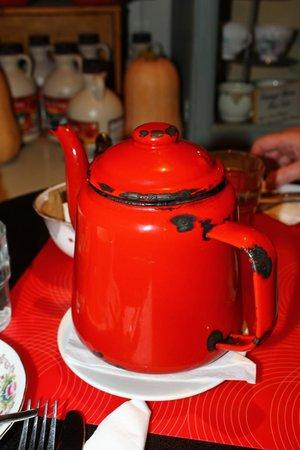 Queen of Tarts: The old enamel teapot