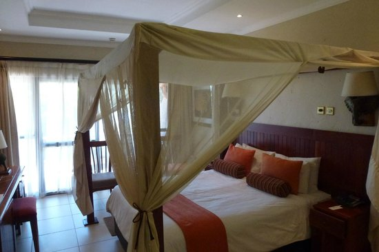 Cresta Mowana Safari Resort and Spa: cama - dosel