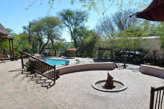 Cresta Mowana Safari Resort and Spa: piscina bar