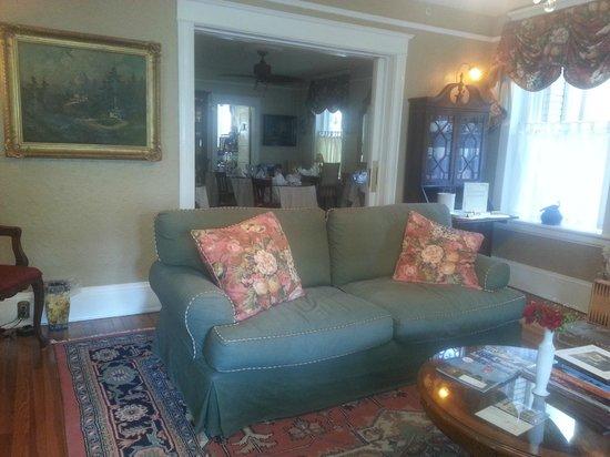 Inn On Charlotte: Living room & dining area