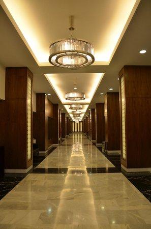 El Aurassi Hotel: pasillo