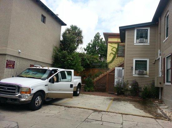 Inn On Charlotte: Behind the Inn Parking