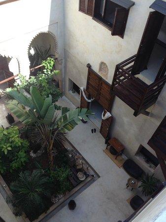 Riad El Maati : View of courtyard from terrace