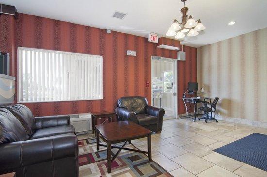 Quality Inn & Suites: Lobby
