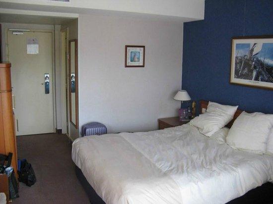 Novotel Cannes Montfleury: Spacious bedroom with mountain views