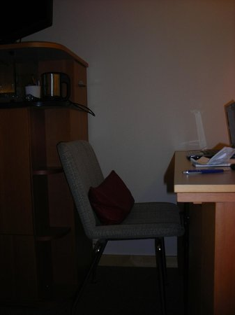 Radisson Blu Royal Hotel, Helsinki: tight desk