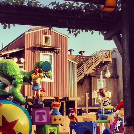Wine Country Trattoria: View of Pixar Play Parade from our table!