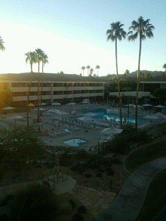 Hilton Palm Springs : ホテル客室からの眺め。日の出の時刻です。