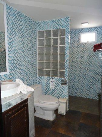 โรงแรมเฉวงโคฟ บีช รีสอร์ท: clean bathroom