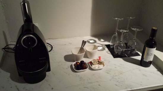 Hotel Julien: Coffee machine in room