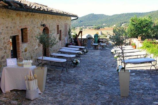Borgo Il Poggiaccio: Wedding ceremony with a view!