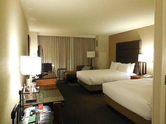 Hilton Salt Lake City Center : Looking from door/bathroom area towards window overlooking Salt Palace