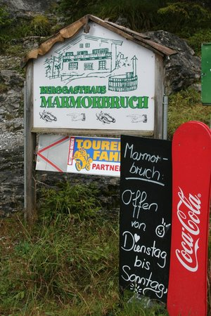Berggasthaus Marmorbruch : Sign directions from the Gorge    - Marmobruch