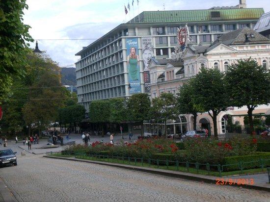 Radisson Blu Royal Hotel, Bergen: jardines al lado del hotel