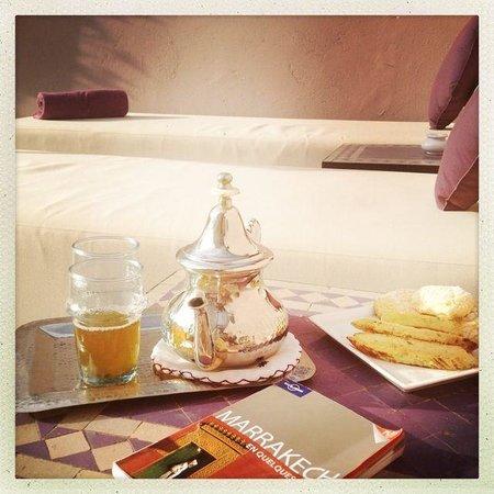 Riad Pourpre Médina: Un petit assortiment thé gâteau tout en bronzant sur les transats du stah