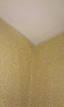 Moffat Inn: Peeling wallpaper