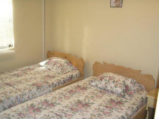 JTS Apartments: Bedroom with adjacent bathroom