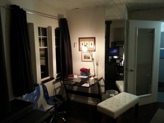 Norton North Ranch Cottages: Corral Cottage. Office Desk, Living room and entrance