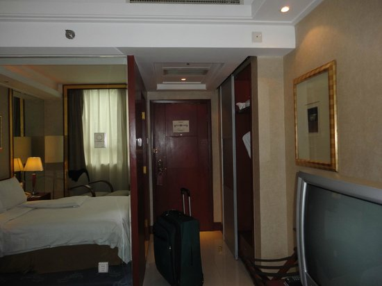 Mercure Xian on Renmin Square : view of room, tv, etc