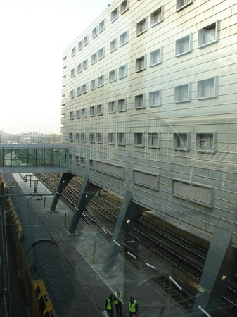 Ibis Amsterdam Centre: Visão do hotel sobre a estação.