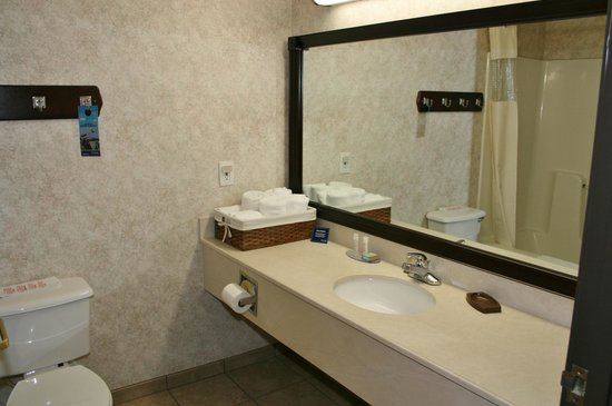 Travelodge and Suites Fargo/Moorhead: Clean Bathroom