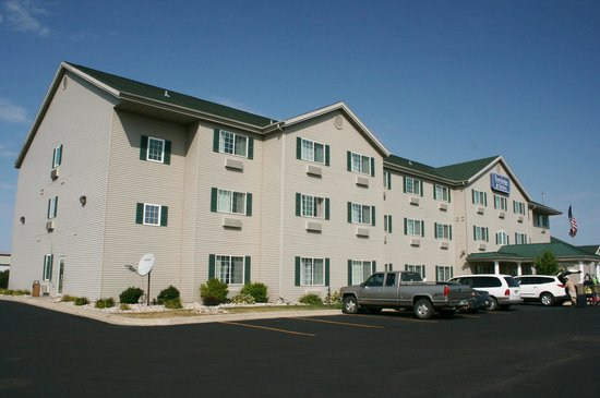 Travelodge and Suites Fargo/Moorhead: Exterior of motel.