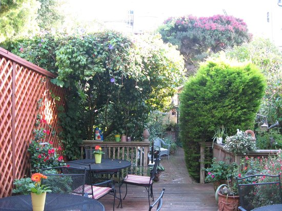 Union Street Inn: Garden area where you can choose to have breakfast!